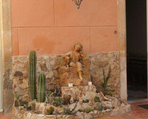 Hostal Plaja, Palafrugell. Pati Casa Plaja. Escultura terracota s. XIX