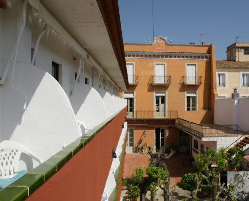 Hostal Plaja, Palafrugell. Vista del jardí i de la Casa Plaja